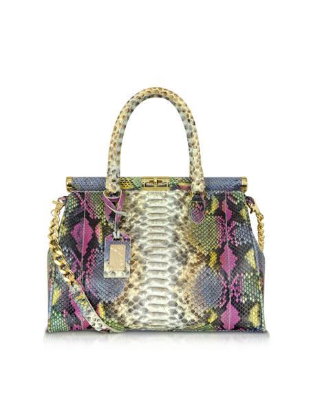 Роскошная кожа питона подчеркивает мягкий двухцветный силуэт этой красивой маленькой сумки зеленого и бежевого